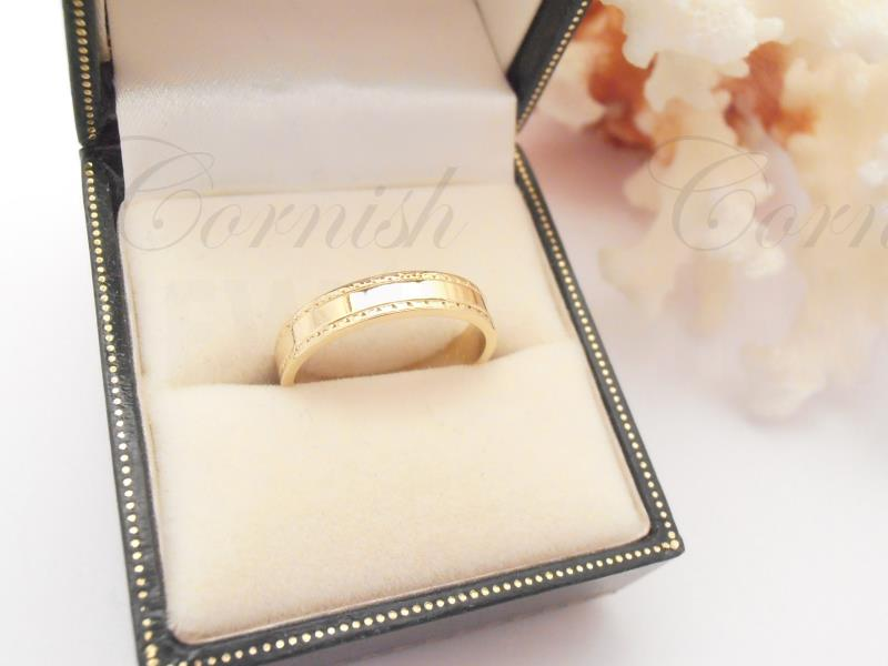 18ct Gold Pattern Wedding Ring 3.80g